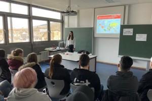 Ehemalige Schülerin der BBS Lahnstein informiert über das duale Studium und die Ausbildung bei der Bundesagentur für Arbeit (BA)